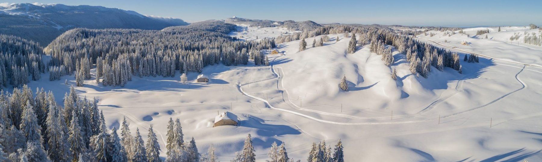 Vue drone des Hautes-Combes en hiver © Stéphane Godin/Jura Tourisme