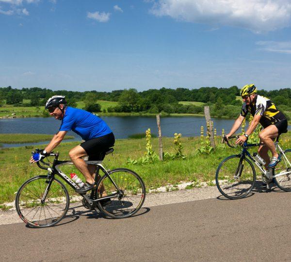 Cyclistes devant l'étang d'Arsure Arsurette
