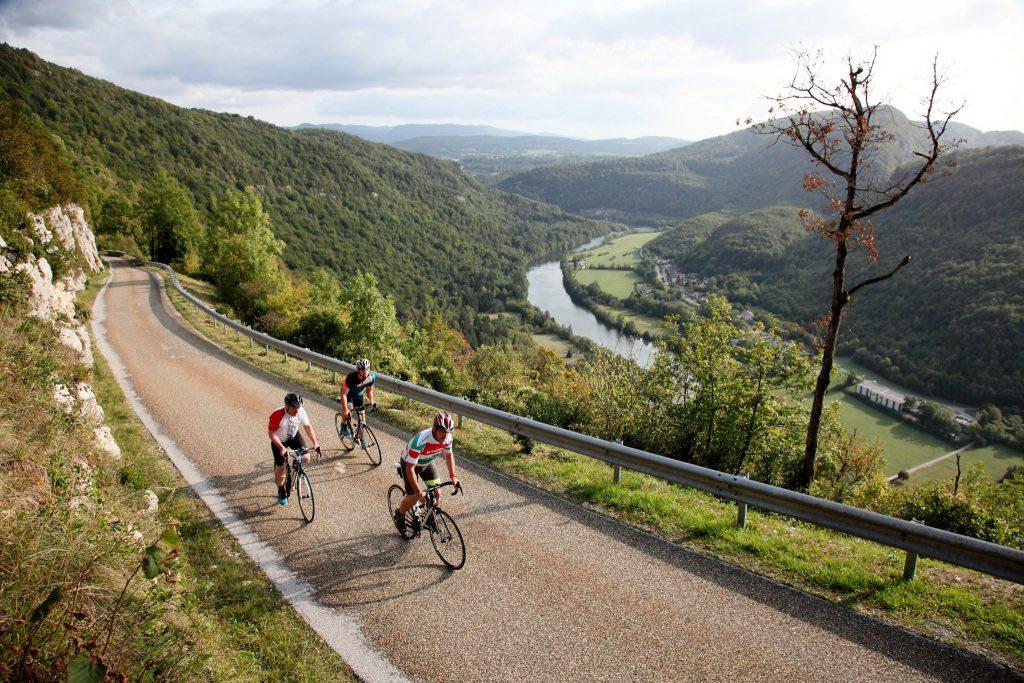 Cyclistes dans la Montée de Montcusel © Vincent Gaudin/Jura Tourisme
