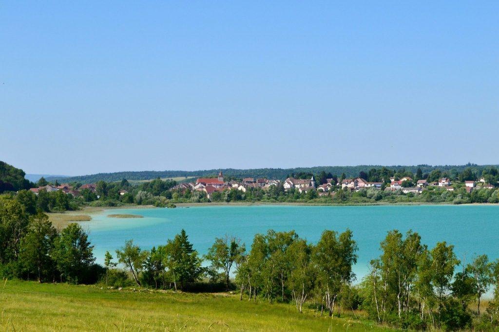 Vue sur Clairvaux-les-Lacs © Jura Tourisme