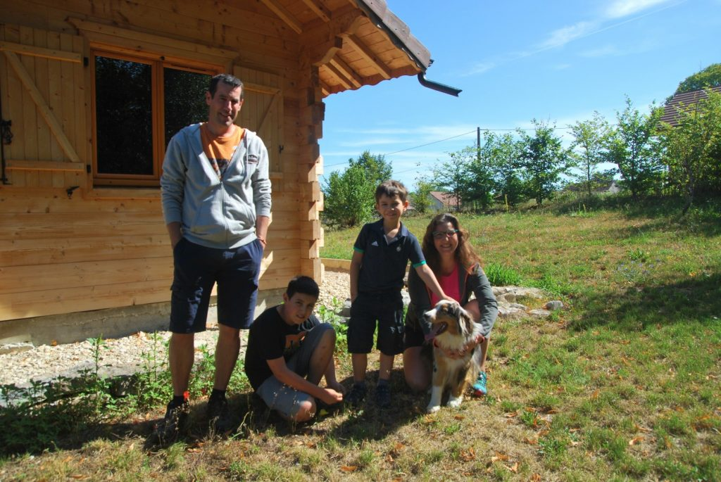 Karima, Grégory, Giulian, Théotim et le chien Ohana à Uxelles