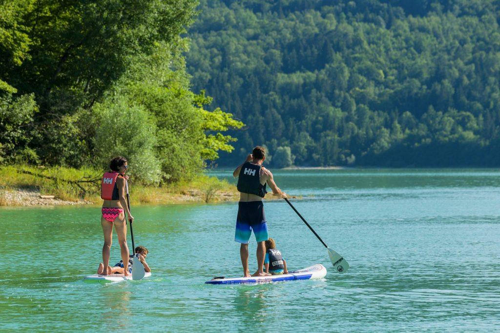 Stand up paddle sur le lac de Vouglans © Stéphane Godin/Jura Tourisme