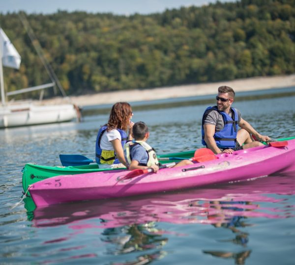 Kayak en famille sur le lac de Vouglans © Nicolas Gascard/Jura Tourisme