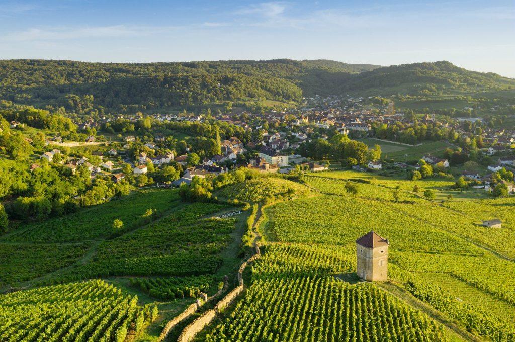 Vue sur Arbois et la tour de Curon © Stéphane Godin/Jura Tourisme