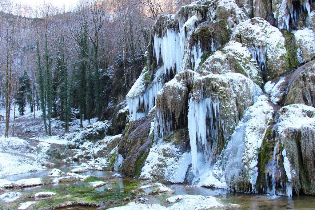 Cascades de tufs de Baume-Les-Messieurs gelée © Jura Tourisme