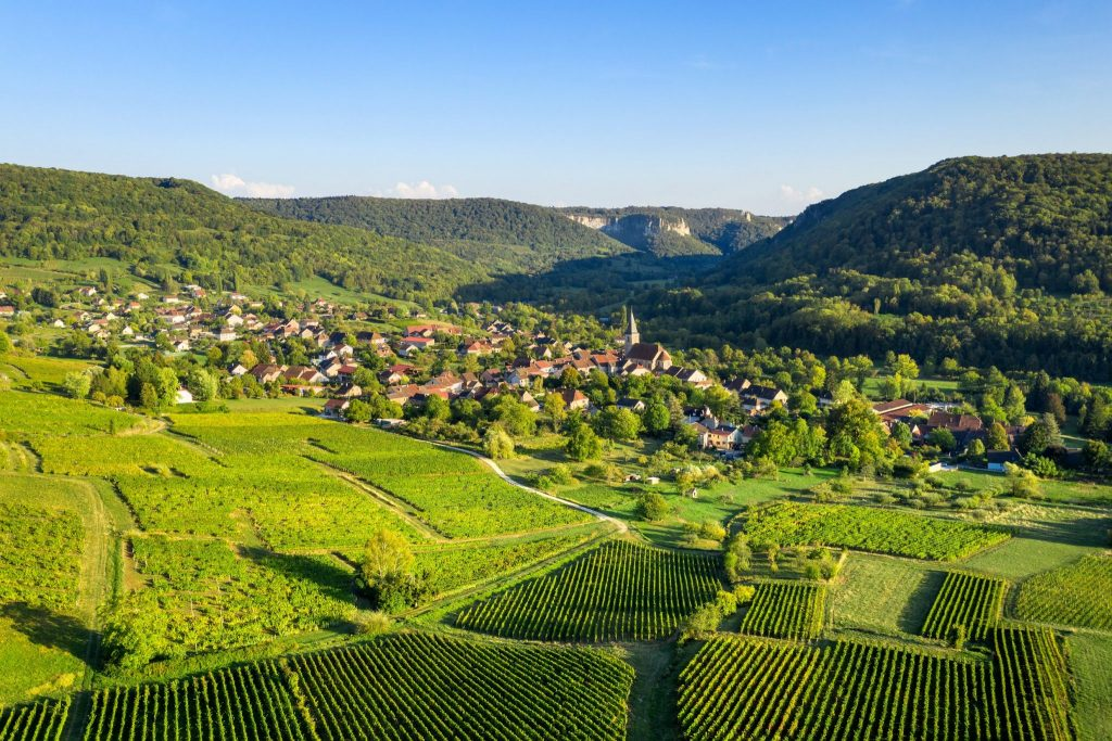 Vue sur le village de Mesnay © Stéphane Godin/Jura Tourisme