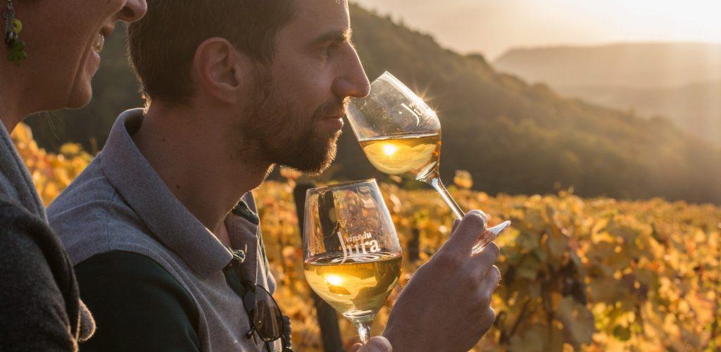 Dégustation de Vin Jaune dans les vignes de Château-Chalon © Nicolas Gascard / Jura Tourisme