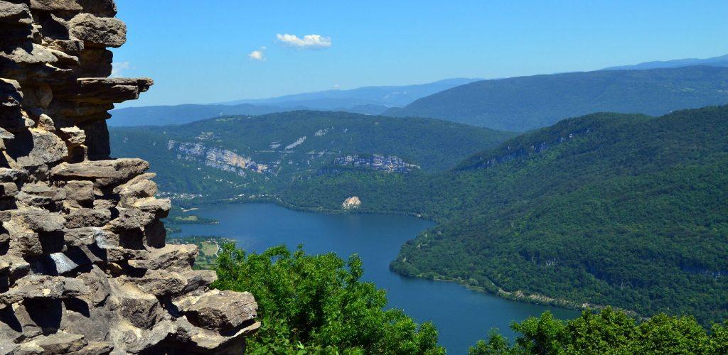 Lac de Cloiselet vue depuis le Château d'Oliferne © Jura Tourisme