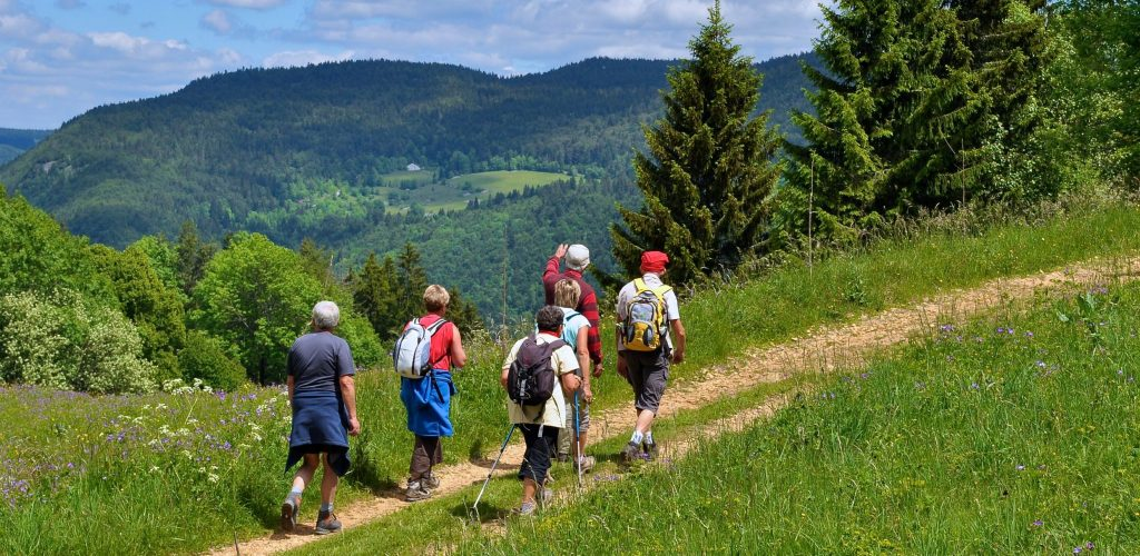 Groupe de randonneurs dans le Haut-Jura © Jack Carrot/Jura Tourisme