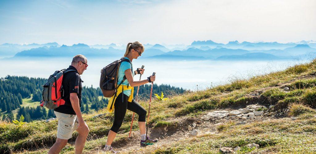 Randonneurs au sommet de la Dôle sur l'Échappée Jurassienne Franco-Suisse © Benjamin Becker/Jura Tourisme