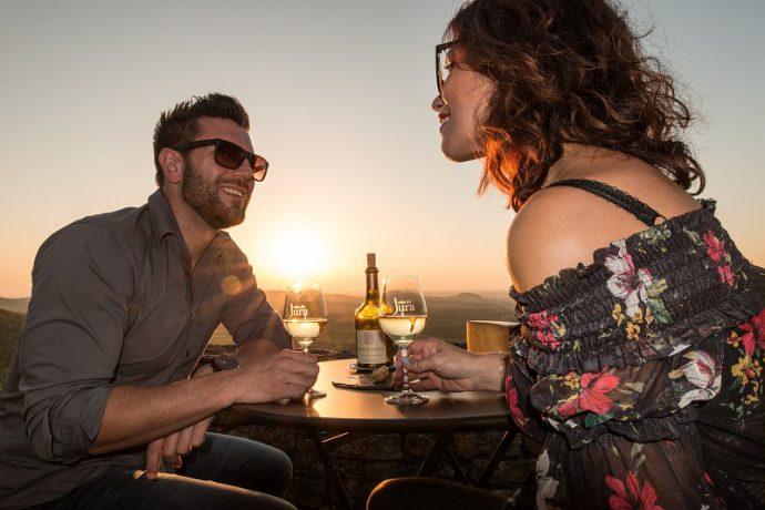 degustation-vin-jura-couple-nicolasgascard-juratourisme-4041138