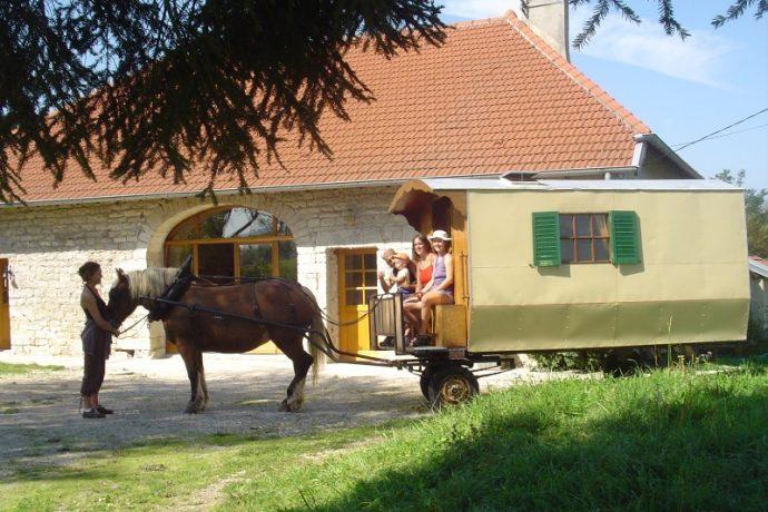 roulotte et personnes dans le Jura